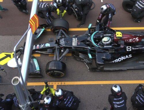Luego de un día Mercedes todavía no ha podido aflojar la tuerca de la rueda del auto de Valtteri Bottas