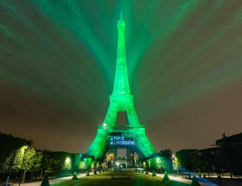 Una fuel cell (pila de combustible) de Toyota ilumina la Torre Eiffel para promocionar el hidrógeno verde