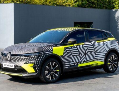 Test del Renault Megane eléctrico..ya se muestra en forma de preproducción, bajo camuflaje con temática de Renault. Este verano se probará una flota de 30 vehículos en la vía pública.