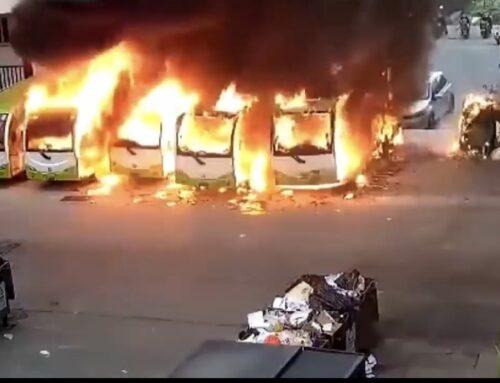 Un bus eléctrico estacionado estalla en llamas y prende fuego a los vehículos cercanos en China