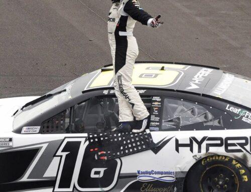 NASCAR / A.J. Allmendinger con un Chevrolet Camaro vence en el circuito mixto de Indianápolis luego de una caótica competencia.