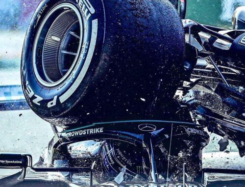Max Verstappen sancionado por causar la colisión con Lewis Hamilton.