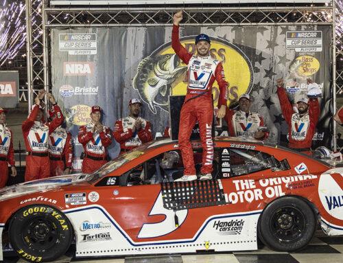 NASCAR / Kyle Larson (Chevrolet Camaro)triunfó (en medio de peleas) en la noche de Bristol en donde además se eliminaron a los 4 primeros pilotos del play off.