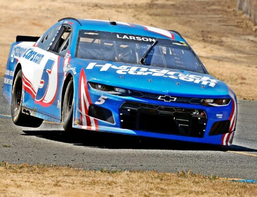 A Kyle Larson se le hace fácil ganar en el difícil NASCAR y el campeonato está al alcance de sus manos. Hay que recordar que había sido suspendido por la Nascar y despedido del equipo Ganassi por una expresión poco feliz que se le escapó referida a la raza negra en el 2020.