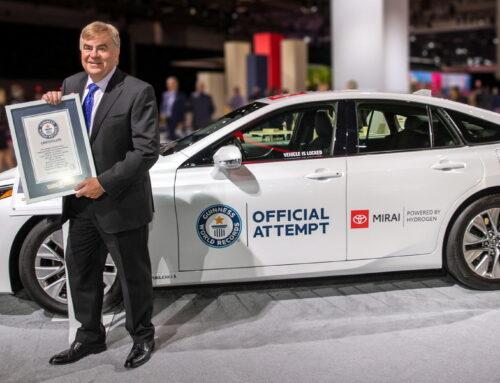 Un Toyota Mirai se ha ganado un récord mundial Guinness por la distancia más larga recorrida por un vehículo eléctrico con celda de combustible de hidrógeno sin repostar. El automóvil logró recorrer 1360 km en un circuito del sur de California en agosto.